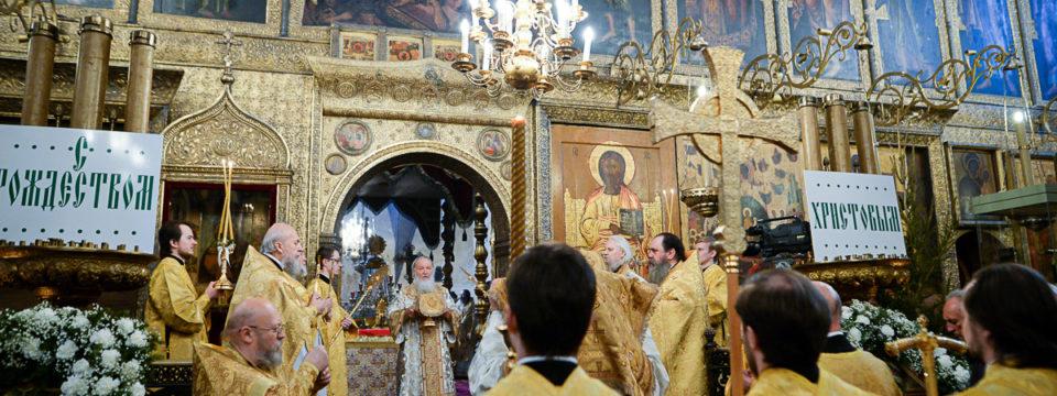 Благочинный сослужил Патриарху литургию в Успенском соборе