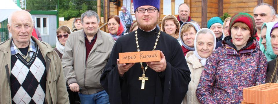 Подписаны первые именные кирпичи для храма на Волжском