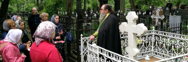 Благочинный совершил панихиду на могиле митрополита Трифона (Туркестанова)