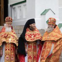 Викарий совершил литургию